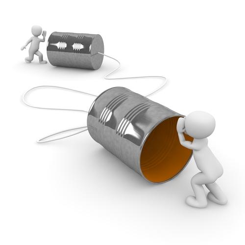2 Popjes praten door een zelfgebouwde blikjes-telefoon.