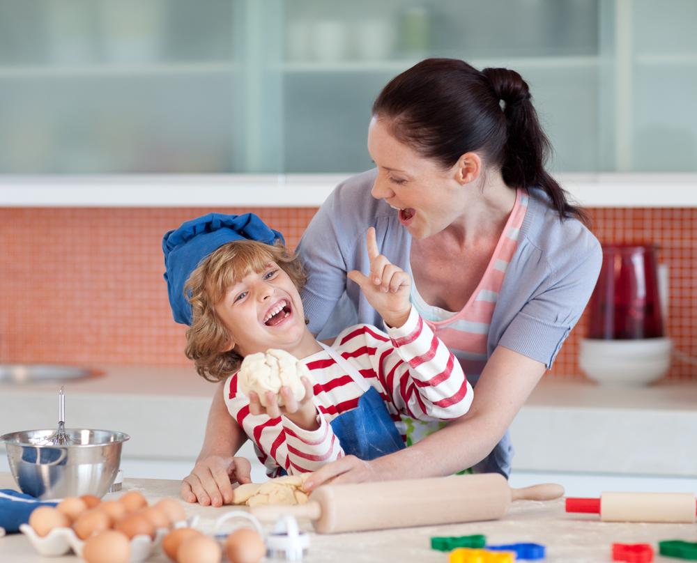 Moeder en kind hebben samen uitbundig plezier